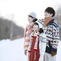 雪道で微笑む家族
