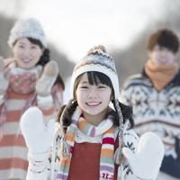 雪道で手を振る親子 20027010487| 写真素材・ストックフォト・画像・イラスト素材|アマナイメージズ
