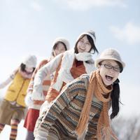 雪原ではしゃぐ若者たち 20027010492| 写真素材・ストックフォト・画像・イラスト素材|アマナイメージズ
