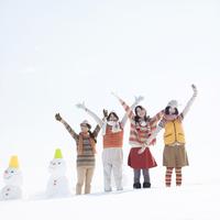 雪原で両手を挙げる若者たち 20027010498| 写真素材・ストックフォト・画像・イラスト素材|アマナイメージズ
