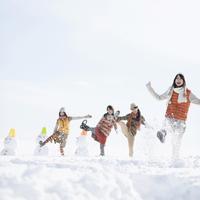 雪を蹴る若者たち