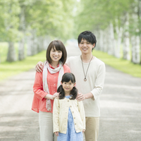白樺並木で微笑む家族