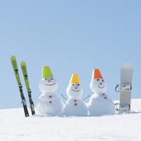 家族の雪だるまとスノーボードとスキー