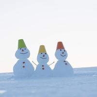 家族の雪だるま 20027010551| 写真素材・ストックフォト・画像・イラスト素材|アマナイメージズ