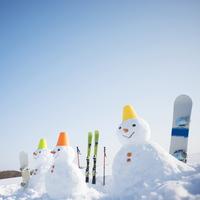 雪だるまとスノーボードとスキー