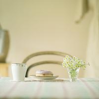 テーブルの上に置いてあるドーナッツとコーヒーカップ