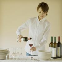 ワインを注ぐ女性
