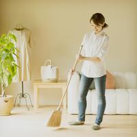 部屋を掃除する女性