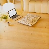 床に置いてあるノートパソコン
