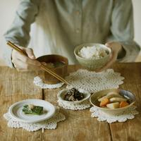 和食を食べる女性の手元