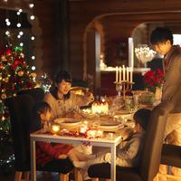 クリスマスパーティーをする家族 20027010616| 写真素材・ストックフォト・画像・イラスト素材|アマナイメージズ