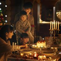 クリスマスパーティーをする家族 20027010617| 写真素材・ストックフォト・画像・イラスト素材|アマナイメージズ