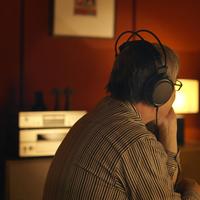 ヘッドホンで音楽を聴くシニア男性 20027010634| 写真素材・ストックフォト・画像・イラスト素材|アマナイメージズ
