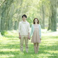 ポプラ並木で手をつなぐカップル