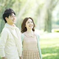 ポプラ並木で微笑むカップル