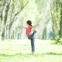 ポプラ並木でヨガをする女性