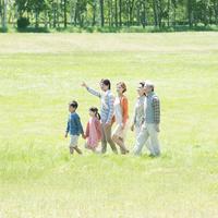 草原を歩く3世代家族