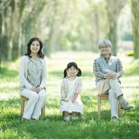 椅子に座る祖父母と孫