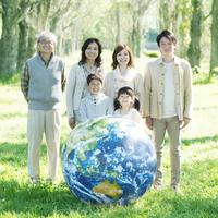 微笑む3世代家族と地球のボール