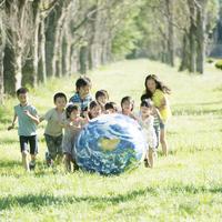 地球のボールで遊ぶ子供たち 20027010743| 写真素材・ストックフォト・画像・イラスト素材|アマナイメージズ