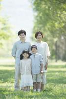 公園で微笑む家族