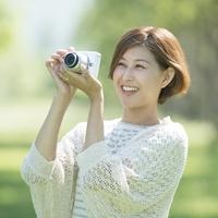 カメラで写真を撮る女性
