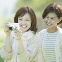 カメラで写真を撮る2人の女性
