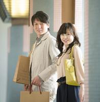 街の中で買い物をするミドル夫婦