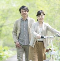 公園を歩くミドル夫婦
