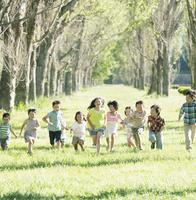 ポプラ並木を走る子供たち