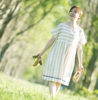 ポプラ並木を歩く女性