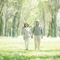新緑の中を歩くシニア夫婦