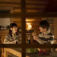 夕食を食べるカップル