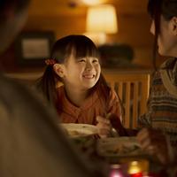 夕食を食べる親子 20027010928| 写真素材・ストックフォト・画像・イラスト素材|アマナイメージズ