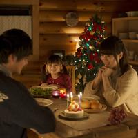 クリスマスパーティーをする家族 20027010934| 写真素材・ストックフォト・画像・イラスト素材|アマナイメージズ