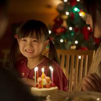 クリスマスパーティーをする親子 20027010935| 写真素材・ストックフォト・画像・イラスト素材|アマナイメージズ