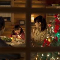 クリスマスパーティーをする親子