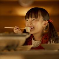 おでんを食べる女の子 20027010938| 写真素材・ストックフォト・画像・イラスト素材|アマナイメージズ