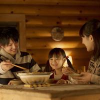 おでんを食べる家族 20027010941| 写真素材・ストックフォト・画像・イラスト素材|アマナイメージズ