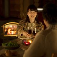 暖炉の前で乾杯をするカップル