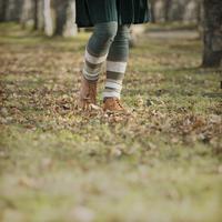 並木道を歩く女性の足元