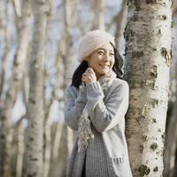 並木道で微笑む女性