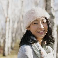 並木道で微笑む女性 20027011016| 写真素材・ストックフォト・画像・イラスト素材|アマナイメージズ