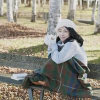 ベンチに座りホットドリンクを飲む女性 20027011041| 写真素材・ストックフォト・画像・イラスト素材|アマナイメージズ