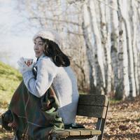 ベンチに座りホットドリンクを飲む女性 20027011044| 写真素材・ストックフォト・画像・イラスト素材|アマナイメージズ