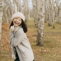 林を歩く女性の後姿 20027011050| 写真素材・ストックフォト・画像・イラスト素材|アマナイメージズ
