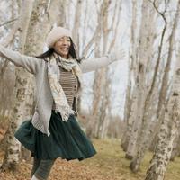 林を歩く女性 20027011052| 写真素材・ストックフォト・画像・イラスト素材|アマナイメージズ