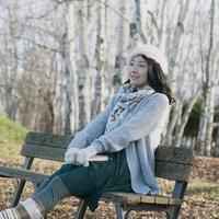 ベンチに座り微笑む女性 20027011056| 写真素材・ストックフォト・画像・イラスト素材|アマナイメージズ