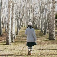 林を歩く女性の後姿 20027011064| 写真素材・ストックフォト・画像・イラスト素材|アマナイメージズ