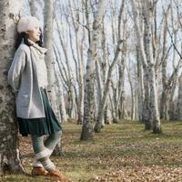 木に寄りかかり微笑む女性 20027011076| 写真素材・ストックフォト・画像・イラスト素材|アマナイメージズ